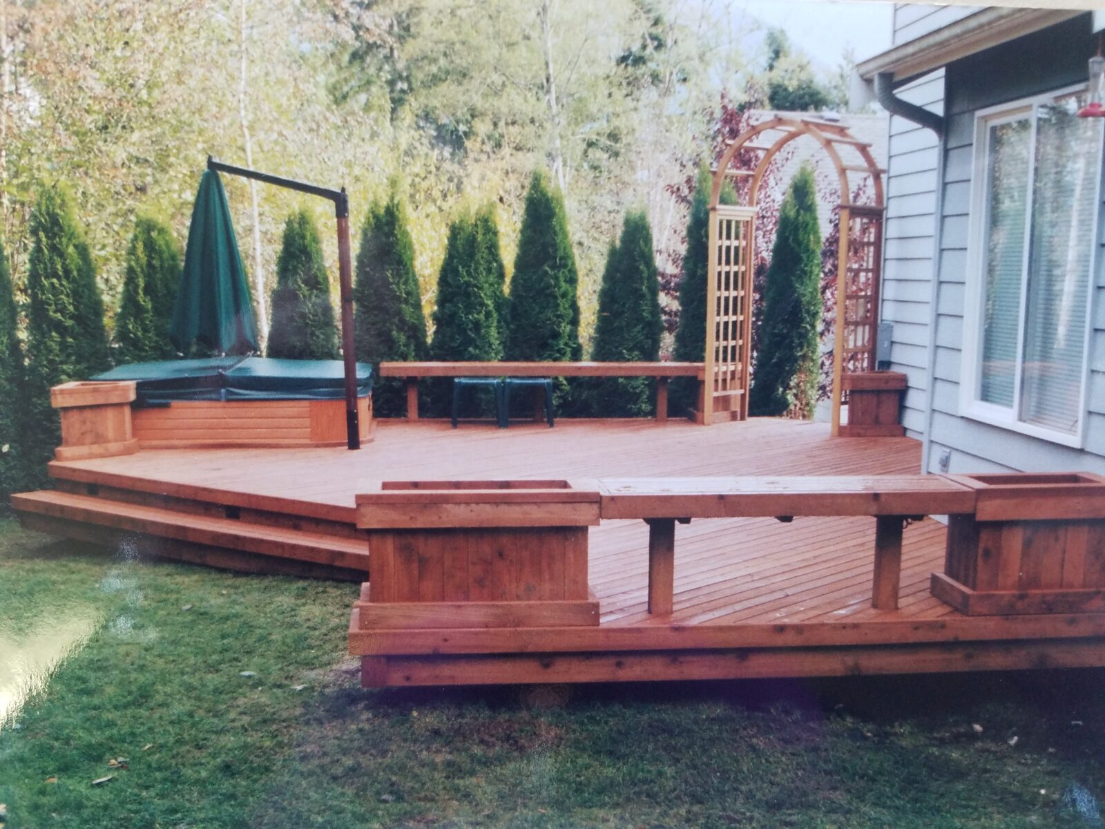 Deck with whirlpool and benches